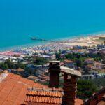 widok na miejską plażę (fot. Ł. Ropczyński, kierunekwlochy.pl)