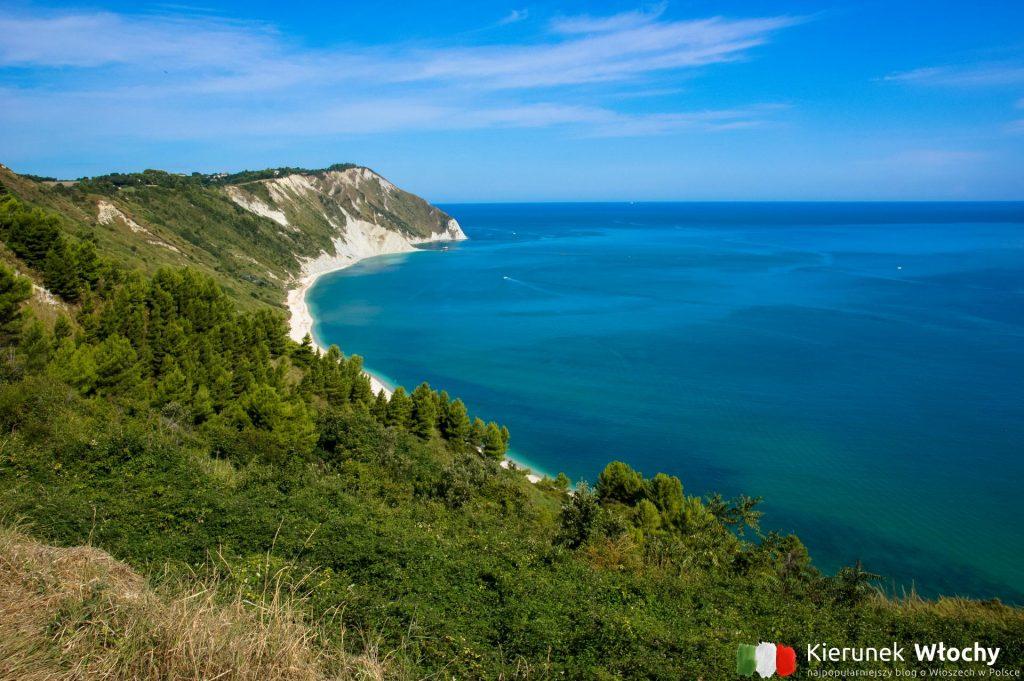 plaża Mezzavalle, tuż obok miasta Ankona, region Marche, Włochy (fot. Łukasz Ropczyński, kierunekwlochy.pl)