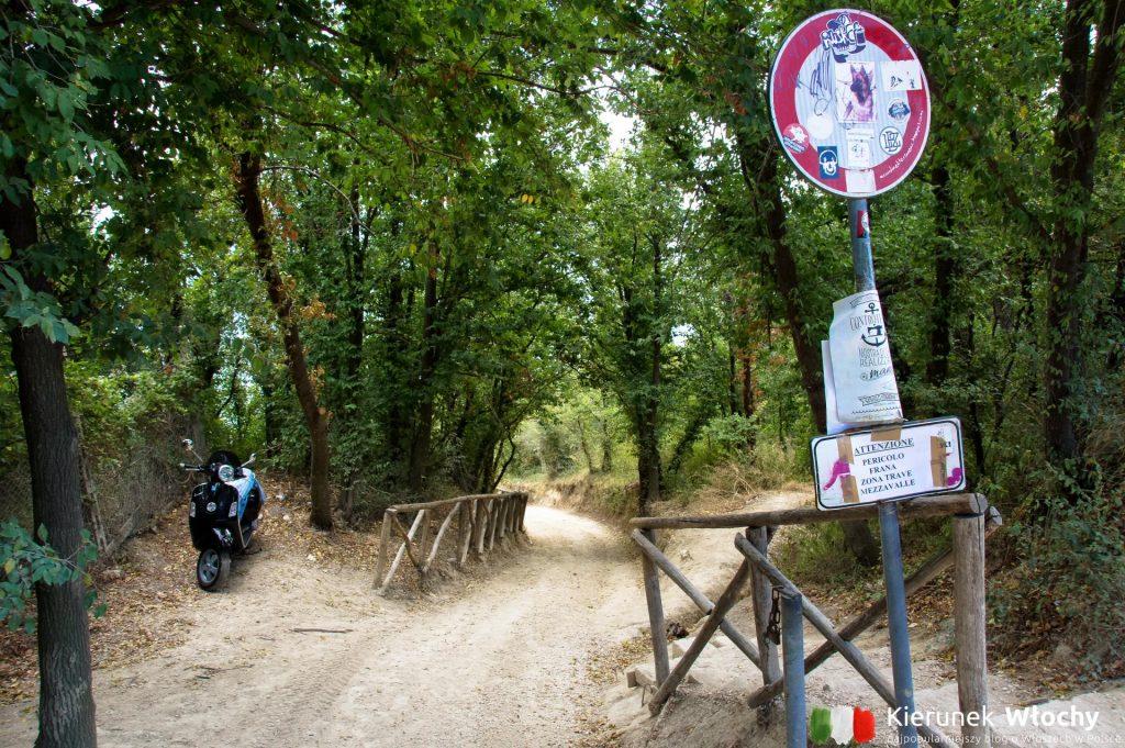 zejście do plaży Mezzavalle od głównej ulicy, przy której znajduje się parking (fot. Łukasz Ropczyński, kierunekwlochy.pl)