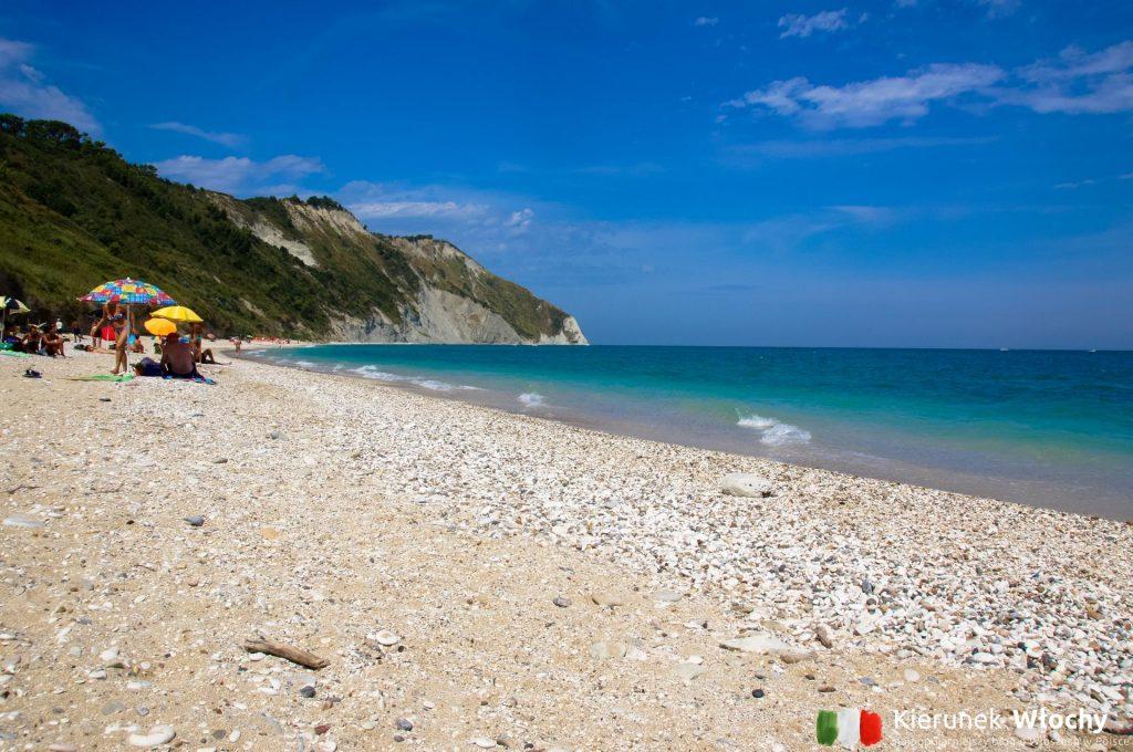 plaża Mezzavalle, tuż obok miasta Ankona, Włochy (fot. Łukasz Ropczyński, kierunekwlochy.pl)