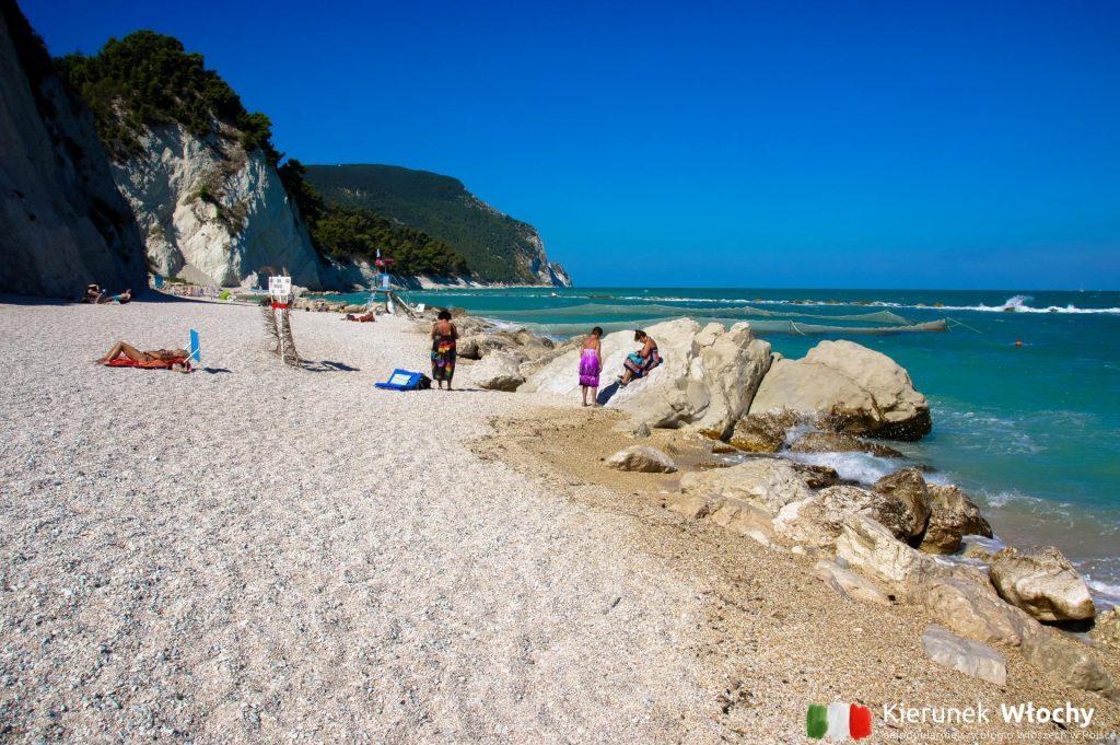 plaża w Numana u podnóża historycznego centrum, Włochy (fot. Łukasz Ropczyński, kierunekwlochy.pl)