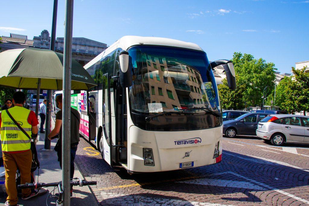 autobus z lotniska w Bergamo do Mediolanu - na zdjęciu przystanek przy dworcu Milano Centrale (fot. Łukasz Ropczyński, kierunekwlochy.pl)
