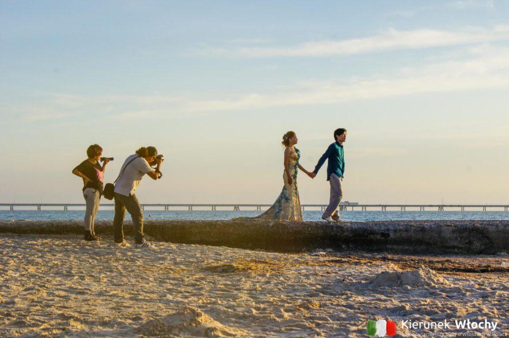 sesja ślubna młodej pary z Azji na białej plaży w Toskanii (fot. Łukasz Ropczyński, kierunekwlochy.pl)