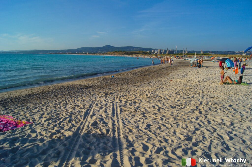 """biała plaża w Vadzie – słynna """"spiaggia bianca"""", na którą przyjeżdża najwięcej turystów, Toskania, Włochy (fot. Łukasz Ropczyński, kierunekwlochy.pl)"""