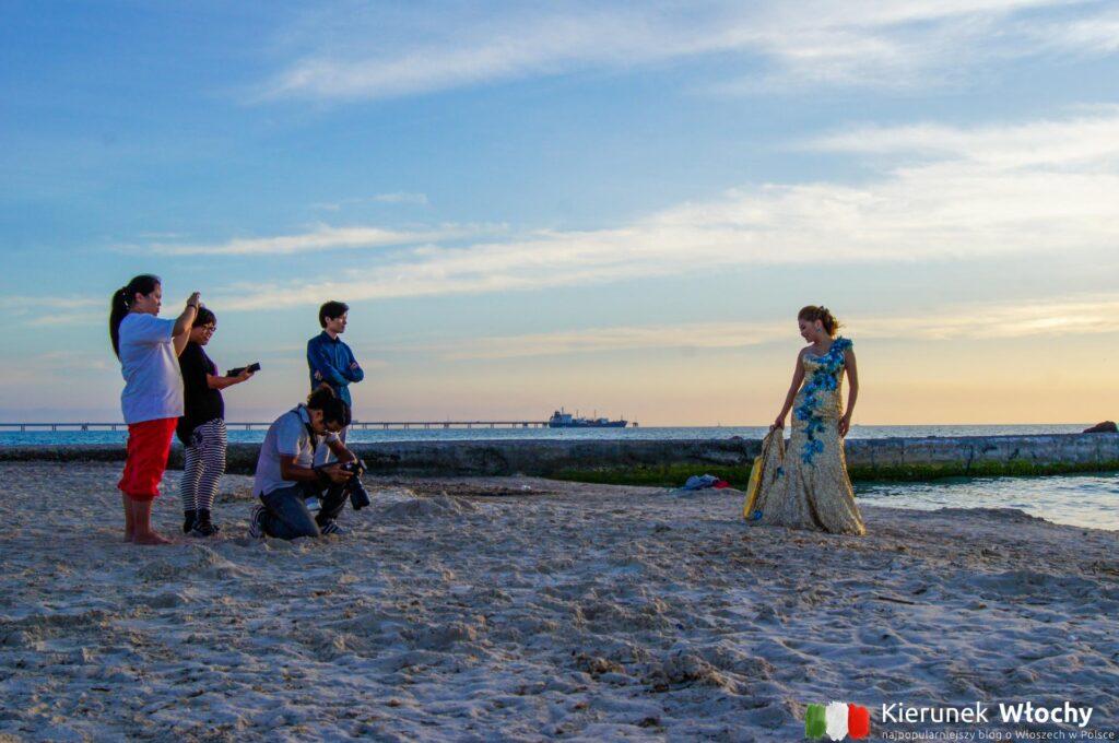 """biała plaża w Toskanii – słynna """"spiaggia bianca"""" w Vadzie, na którą przyjeżdża najwięcej turystów, Toskania, Włochy (fot. Łukasz Ropczyński, kierunekwlochy.pl)"""