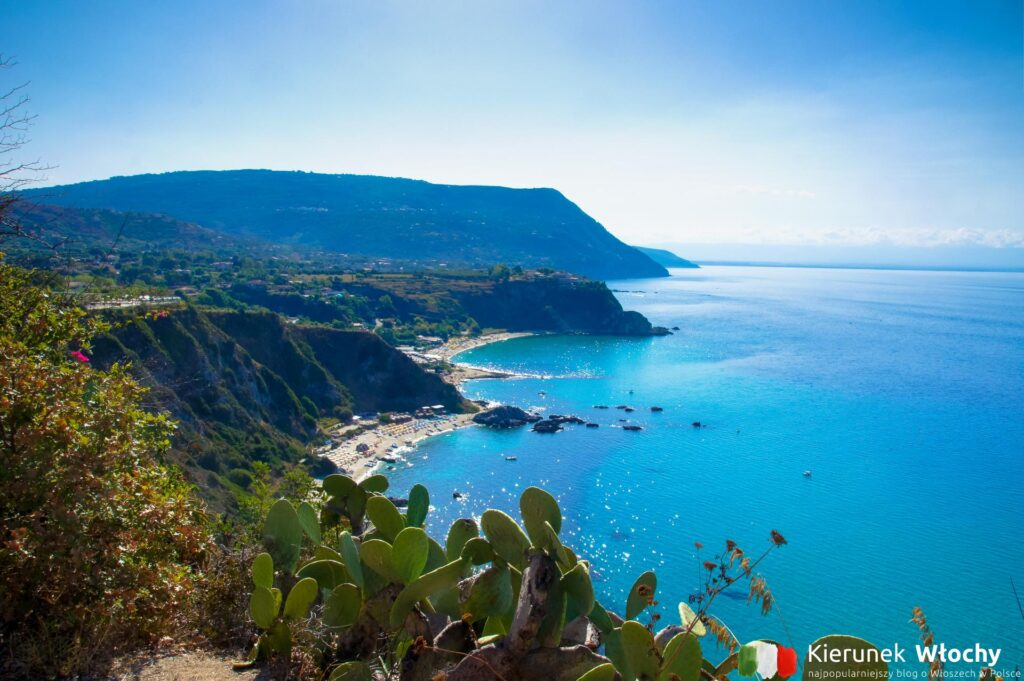 widok w kierunku południowym z okolic latarni morskiej Faro di Capo Vaticano, Kalabria, Włochy (fot. Łukasz Ropczyński, kierunekwlochy.pl)