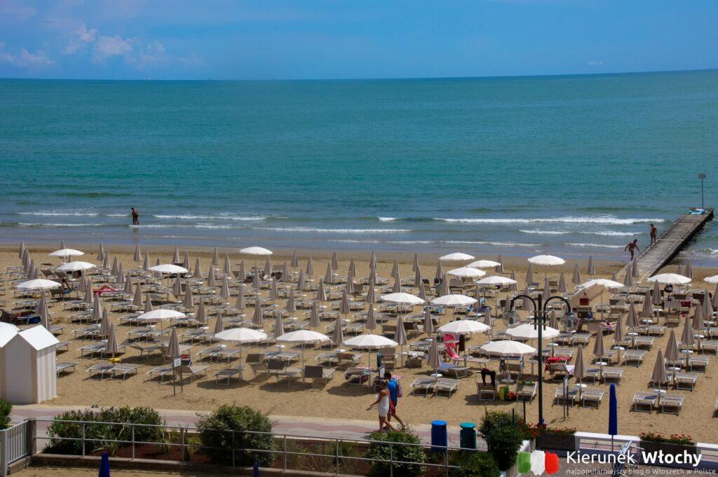 widok na plażę z naszego hotelowego balkonu (fot. Łukasz Ropczyński, kierunekwlochy.pl)
