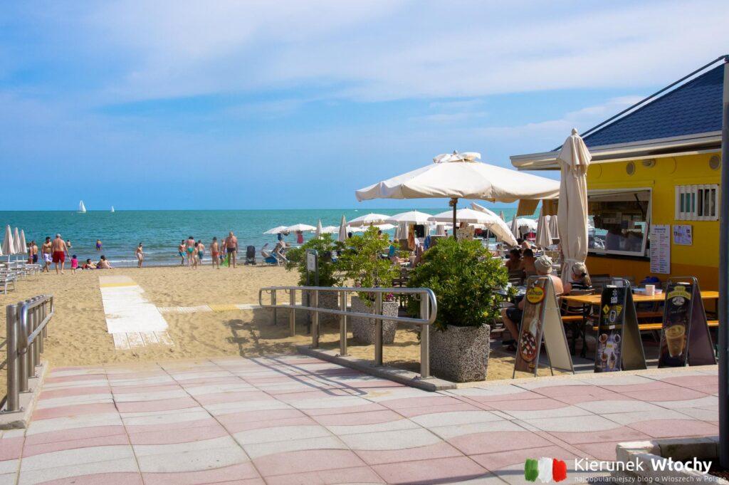 jedno z wejść na miejską plażę (fot. Łukasz Ropczyński, kierunekwlochy.pl)