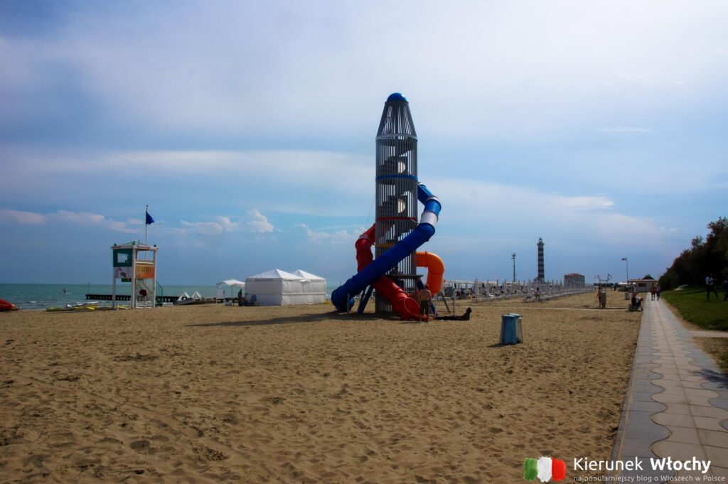 plac zabaw na plaży w zachodniej części kurortu (fot. Łukasz Ropczyński, kierunekwlochy.pl)