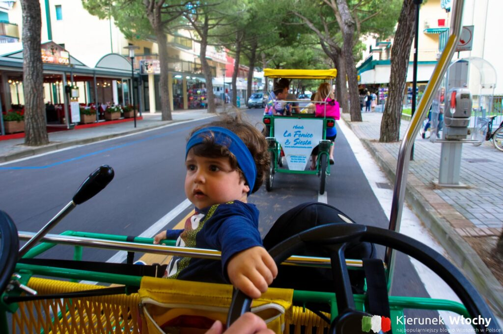 gdy pierwszy raz jechaliśmy rowerkiem Natan miał nieco ponad dwa lata i już chciał prowadzić (fot. Łukasz Ropczyński, kierunekwlochy.pl)