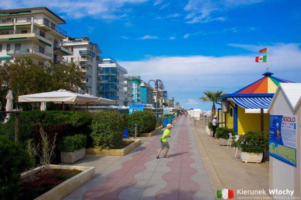 promenada pomiędzy plażą, a hotelami (fot. Łukasz Ropczyński, kierunekwlochy.pl)