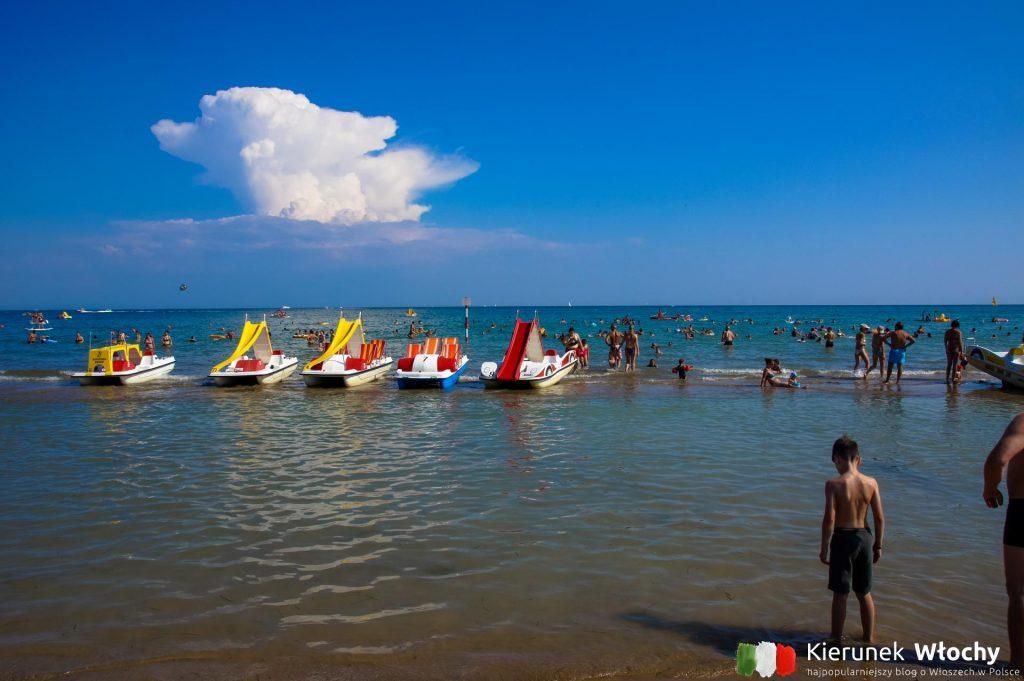 na plaży w wielu punktach można wypożyczyć rowerki wodne (fot. Łukasz Ropczyński, kierunekwlochy.pl)
