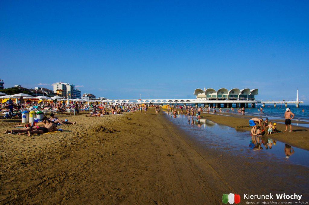 plaża w sąsiedztwie molo w samym centrum kurortu (fot. Łukasz Ropczyński, kierunekwlochy.pl)