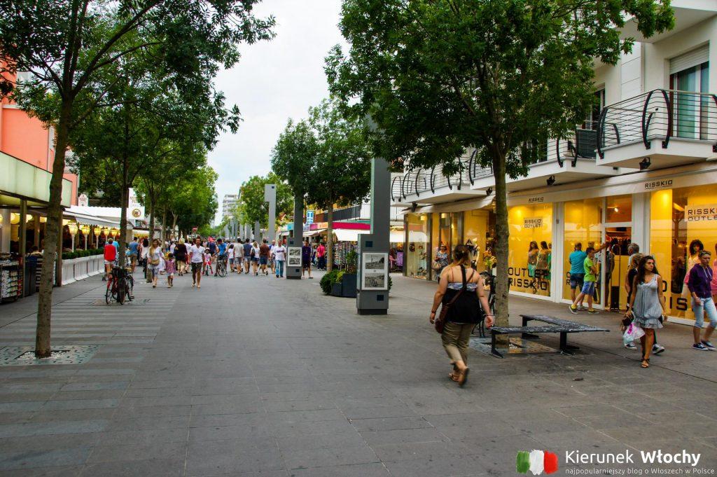 główny deptak w Lignano, Friuli Wenecja Julijska, Włochy (fot. Łukasz Ropczyński, kierunekwlochy.pl)