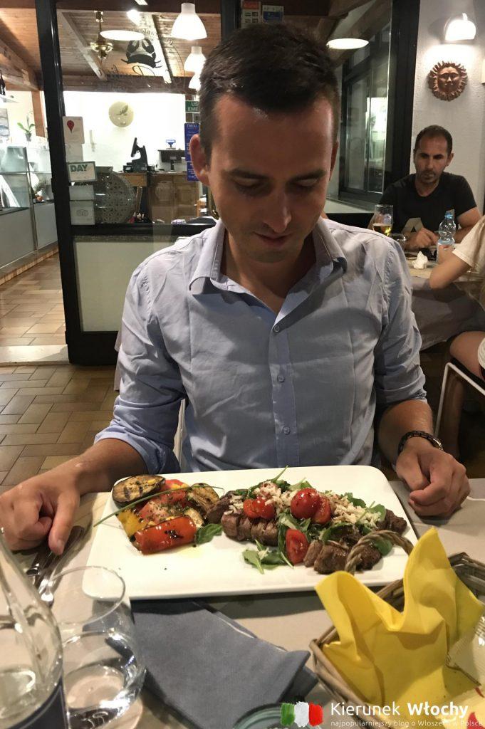 najlepszą restaurację w Lignano odkryłem poza głównym deptakiem, w bocznej uliczce jadłem najlepszą tagliatę, a właściciel dbał o to, żebyśmy codziennie wracali (fot. Joanna Ropczyńska, kierunekwlochy.pl)