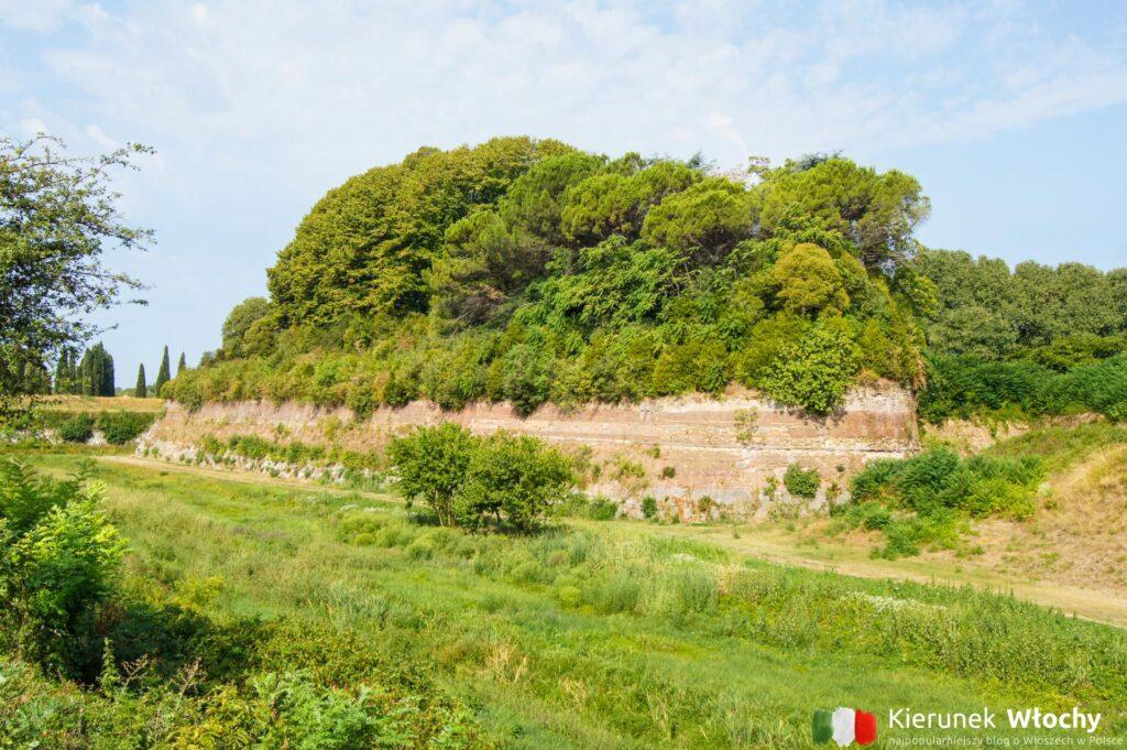 historyczne mury obronne miasta (fot. Łukasz Ropczyński, kierunekwlochy.pl)