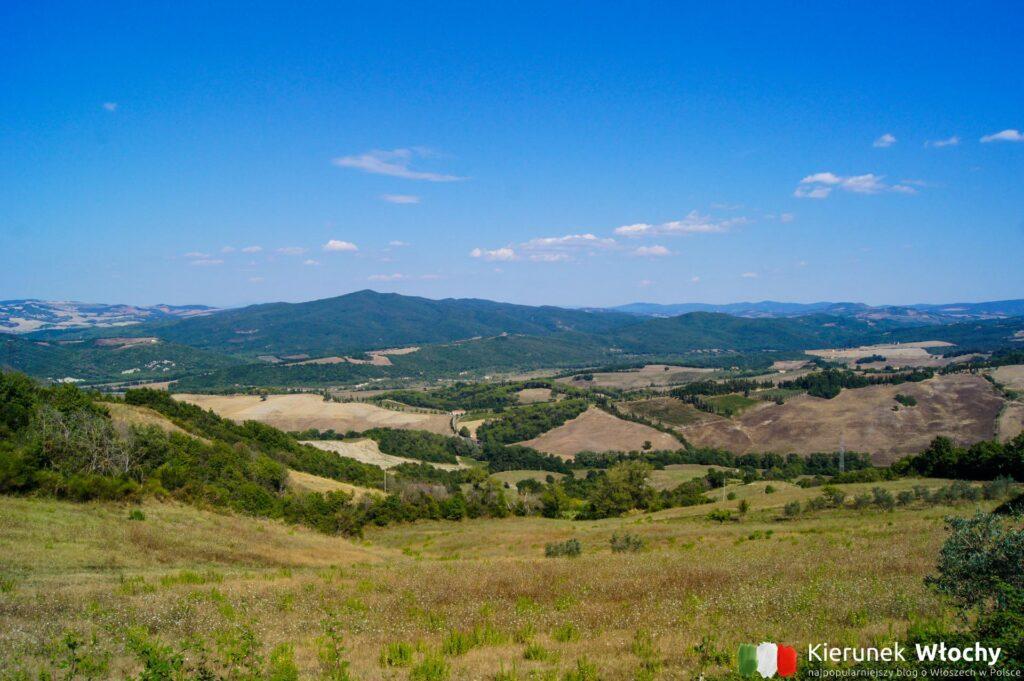 widok ze wzgórza, na którym leży Pomarance (fot. Łukasz Ropczyński, kierunekwlochy.pl)