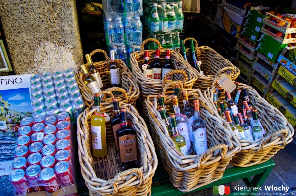 w tutejszych sklepikach można kupić lokalne alkohole, pesta, sosy, makarony i oliwę (fot. Łukasz Ropczyński, kierunekwlochy.pl)