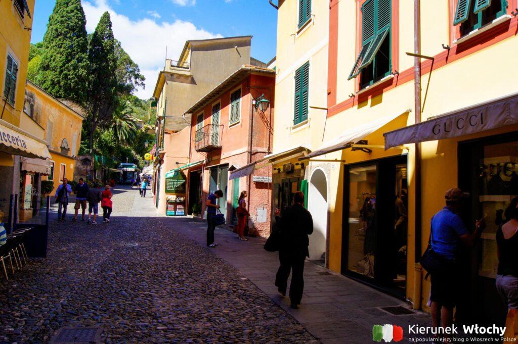 ulica Via Roma z parkingu do Piazzetty (fot. Łukasz Ropczyński, kierunekwlochy.pl)