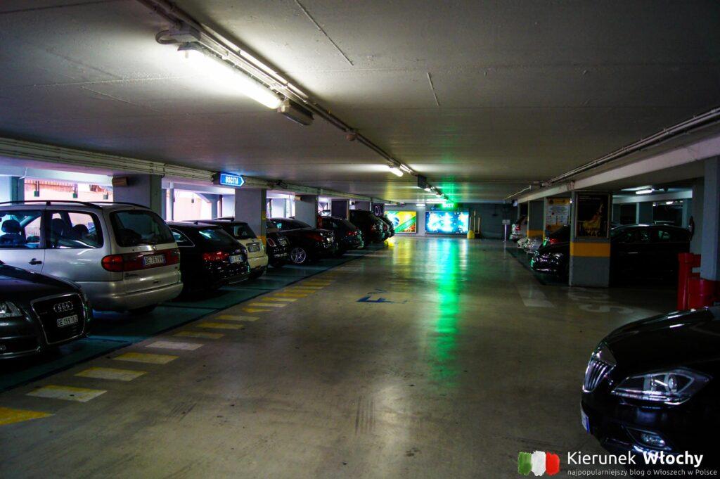 w Portofino jest w zasadzie tylko jeden duży parking i to bardzo drogi - 5,50 euro za godzinę. Nie można zaparkować wzdłuż ulicy dojazdowej, więc niemal wszycy są zmuszeni do korzystania z tego parkingu (fot. Łukasz Ropczyński, kierunekwlochy.pl)