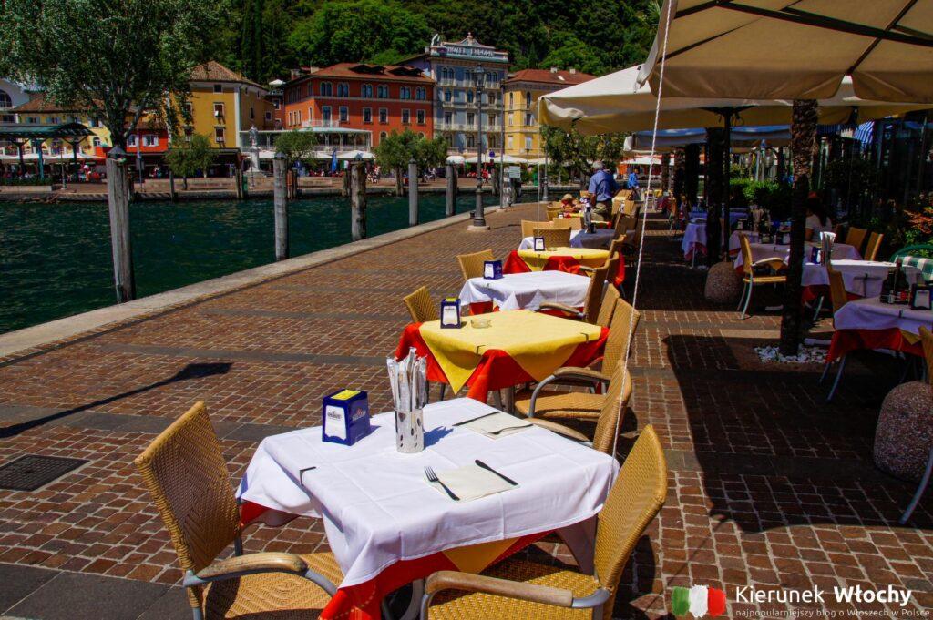 restauracyjne stoliki przy samym jeziorze wieczorami zapełnione są gośćmi, ale najlepsze restauracje znajdziecie w uliczkach historycznego centrum, przy Via Fiume, Via Armando Diaz i Via Bastione (fot. Łukasz Ropczyński, kierunekwlochy.pl)