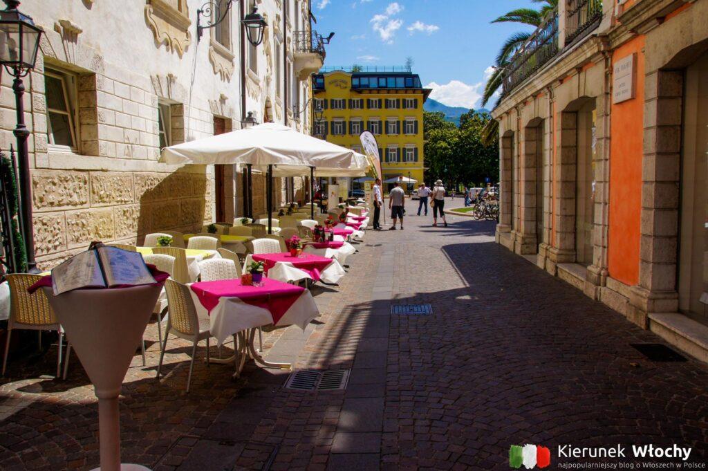 widok w kierunku Piazza Giuseppe Garibaldi w Riva del Garda (fot. Łukasz Ropczyński, kierunekwlochy.pl)