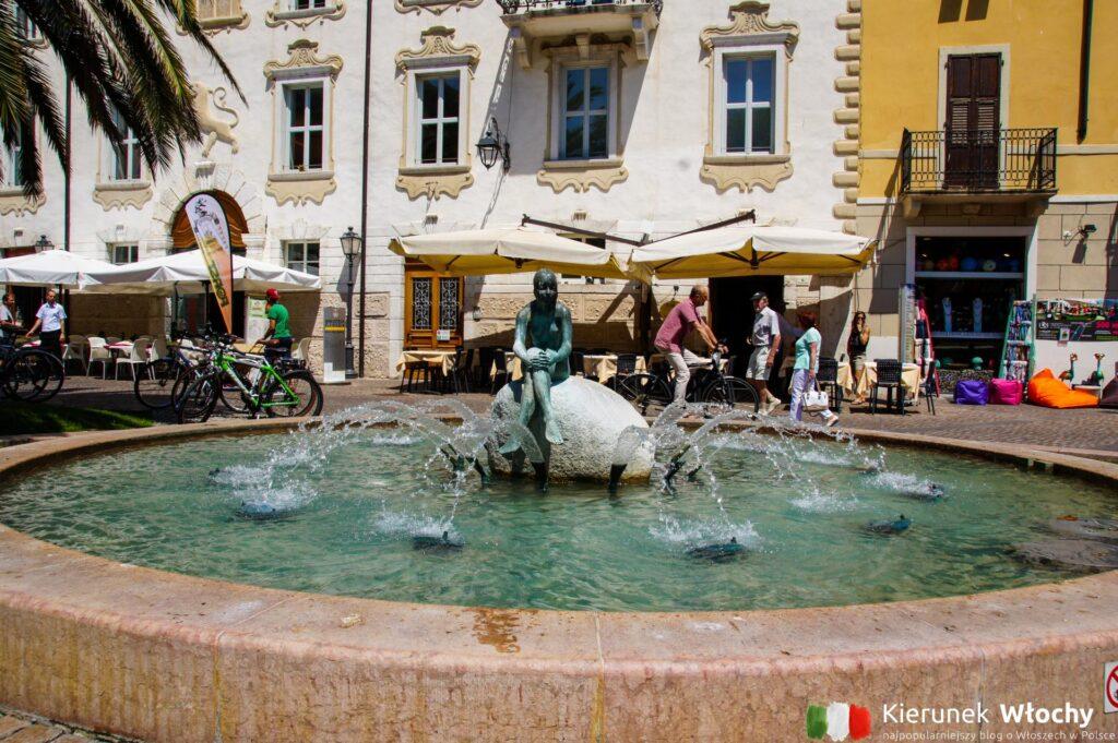 fontanna na Piazza Giuseppe Garibaldi w Riva del Garda, Włochy (fot. Łukasz Ropczyński, kierunekwlochy.pl)