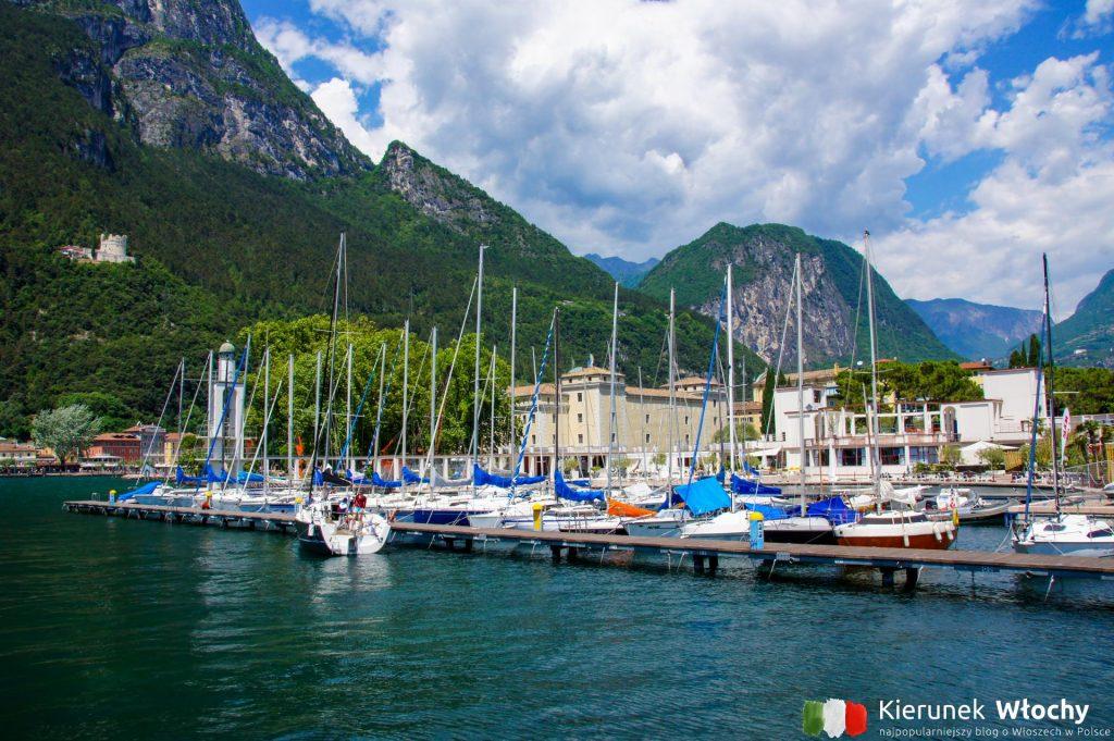 w oddali Spiaggia degli Olivi, Riva del Garda, Trydent, Włochy (fot. Łukasz Ropczyński, kierunekwlochy.pl)