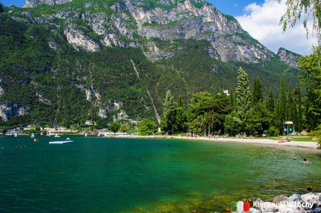 odwiedziłem wszystkie miejscowości nad jeziorem Garda i to właśnie w Riva del Garda są najpiękniejsze plaże (fot. Łukasz Ropczyński, kierunekwlochy.pl)