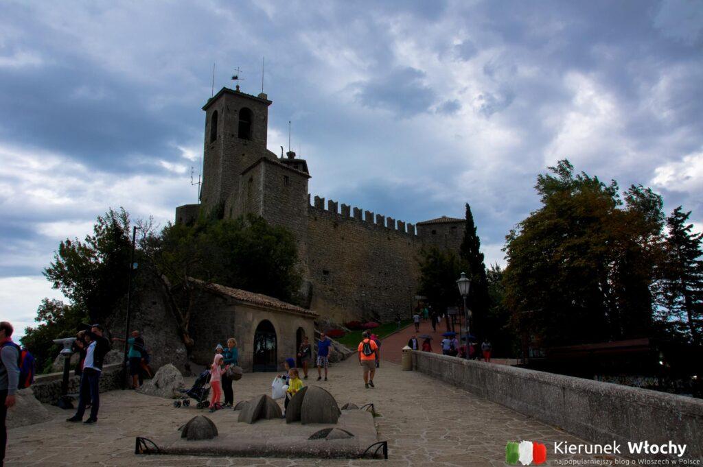 Zamek La Rocca o Guaita na szczycie góry Titano (fot. Łukasz Ropczyński, kierunekwlochy.pl)