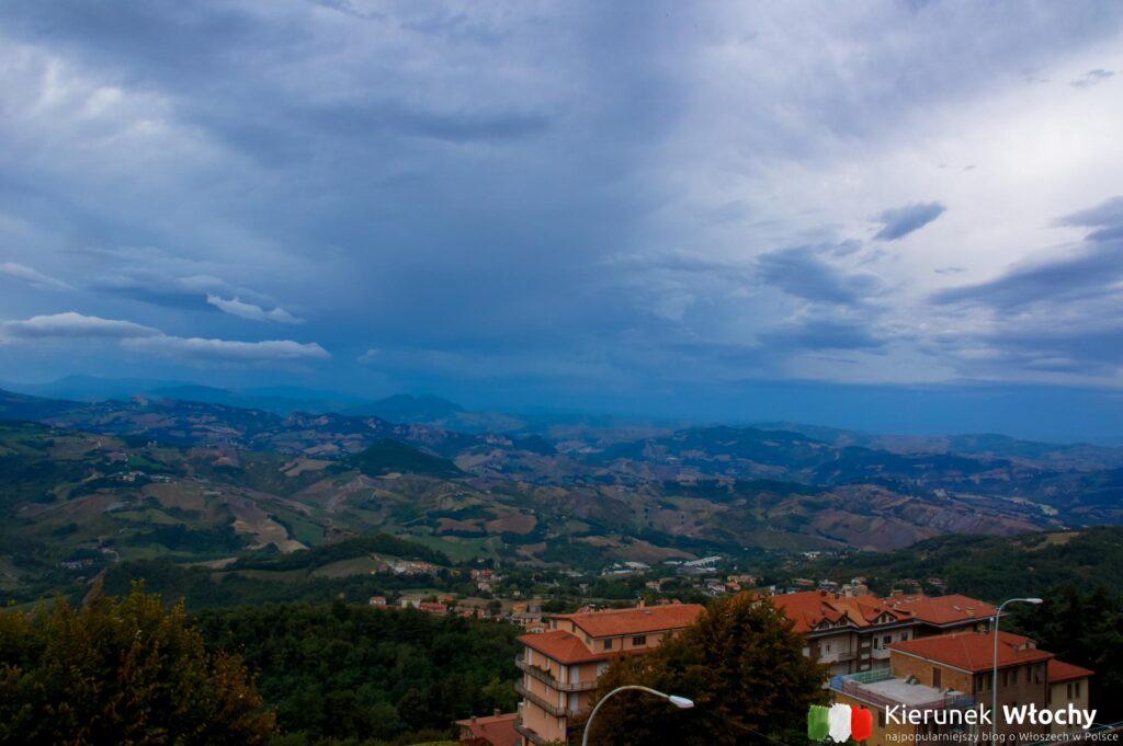 widok z góry Titano na nowszą część San Marino (fot. Łukasz Ropczyński, kierunekwlochy.pl)