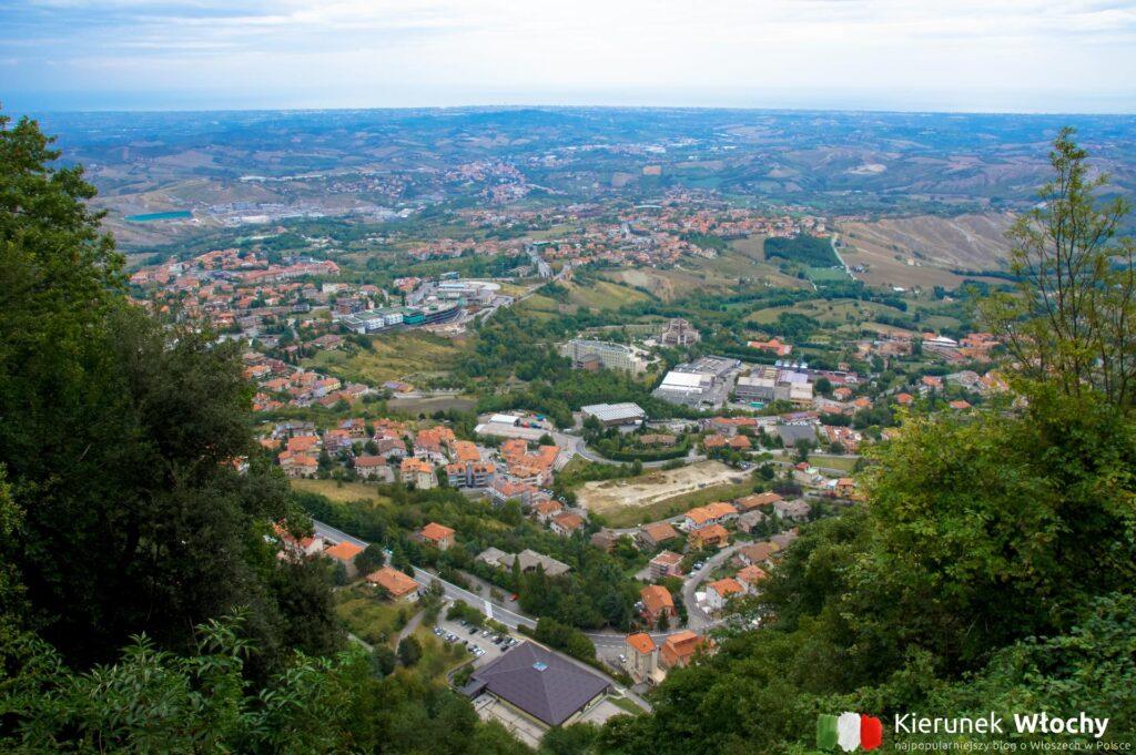 widok z góry Monte Titano na nowszą część San Marino (fot. Łukasz Ropczyński, kierunekwlochy.pl)