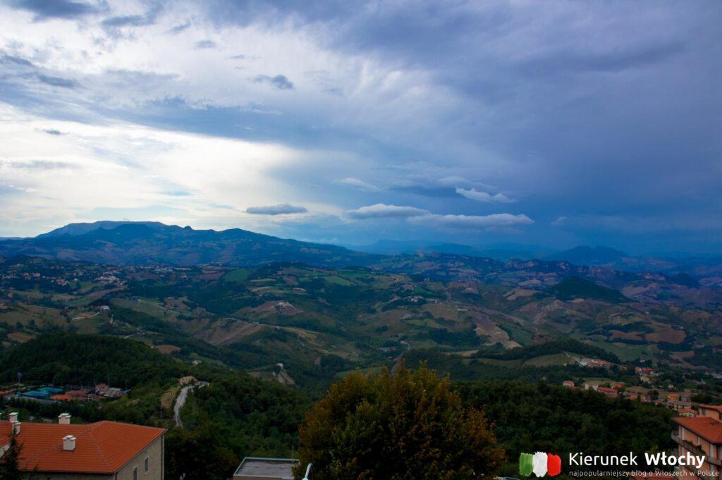 widok z góry Monte Titano na okolicę (fot. Łukasz Ropczyński, kierunekwlochy.pl)