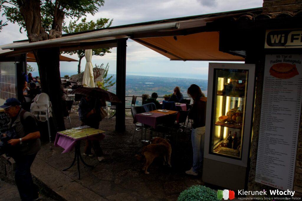 bar z tarasem u podnóża twierdzy La Rocca o Guaita (fot. Łukasz Ropczyński, kierunekwlochy.pl)