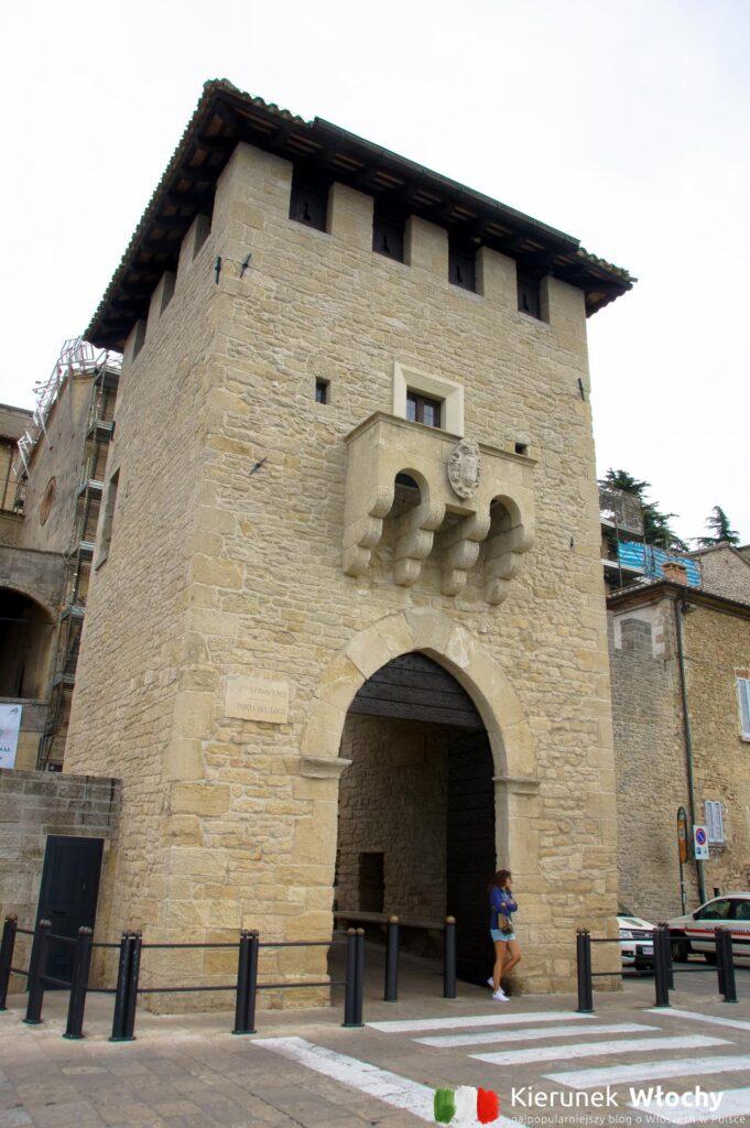 historyczna brama prowadząca do centrum San Marino (fot. Łukasz Ropczyński, kierunekwlochy.pl)