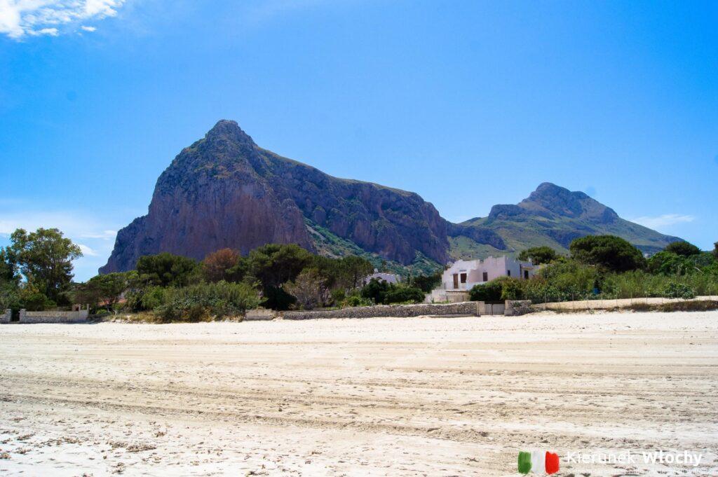 widok z plaży na masyw Monte Monaco - 532 m n.p.m. (fot. Łukasz Ropczyński, kierunekwlochy.pl)