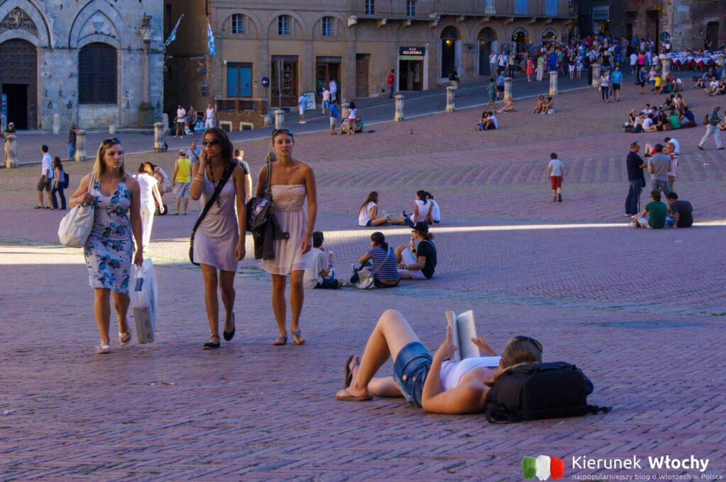 na ceglanym Piazza del Campo odpoczywają turyści, studenci i mieszkańcy (fot. Łukasz Ropczyński, kierunekwlochy.pl)