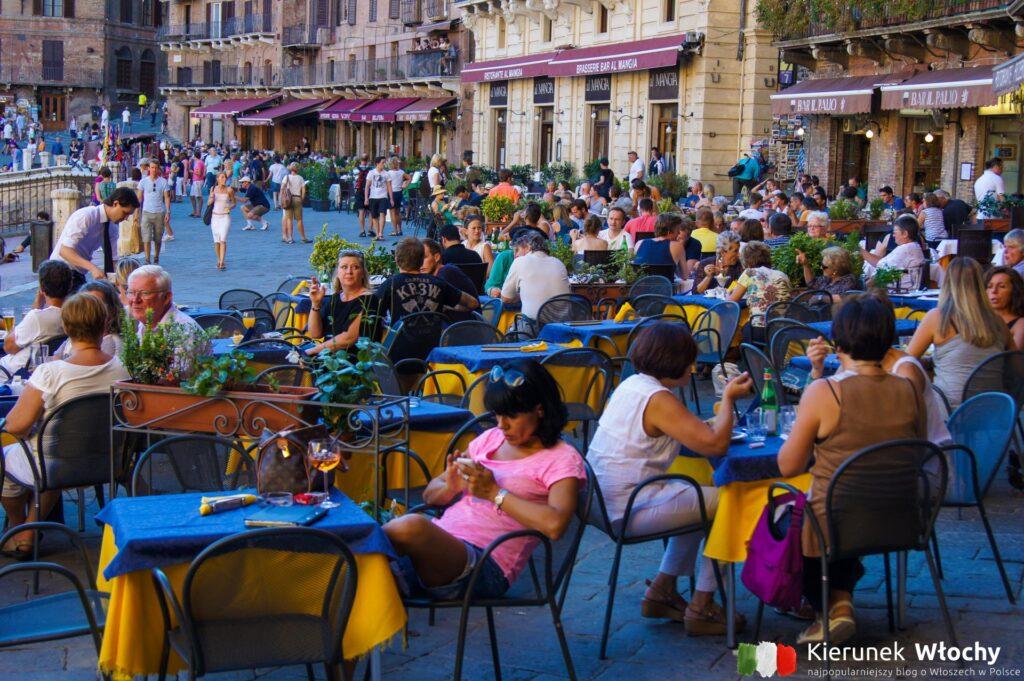 restauracyjne stoliki przy Piazza del Campo już wczesnym wieczorem są zapełnione przez gości (fot. Łukasz Ropczyński, kierunekwlochy.pl)