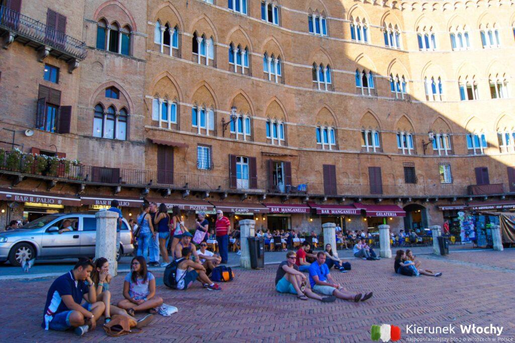 w Sienie życie toczy się na Piazza del Campo (fot. Łukasz Ropczyński, kierunekwlochy.pl)