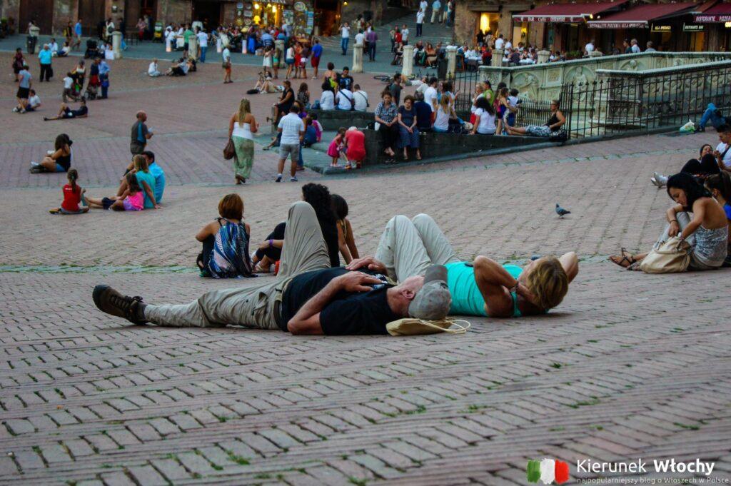 niektórzy odpoczywają, inni czytają, ktoś jeszcze pił wino (fot. Łukasz Ropczyński, kierunekwlochy.pl)