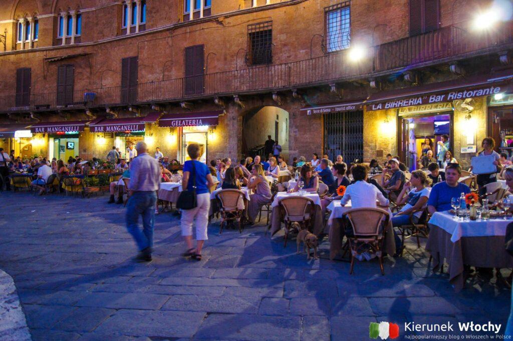 restauracyjne stoliki przy Piazza del Campo (fot. Łukasz Ropczyński, kierunekwlochy.pl)