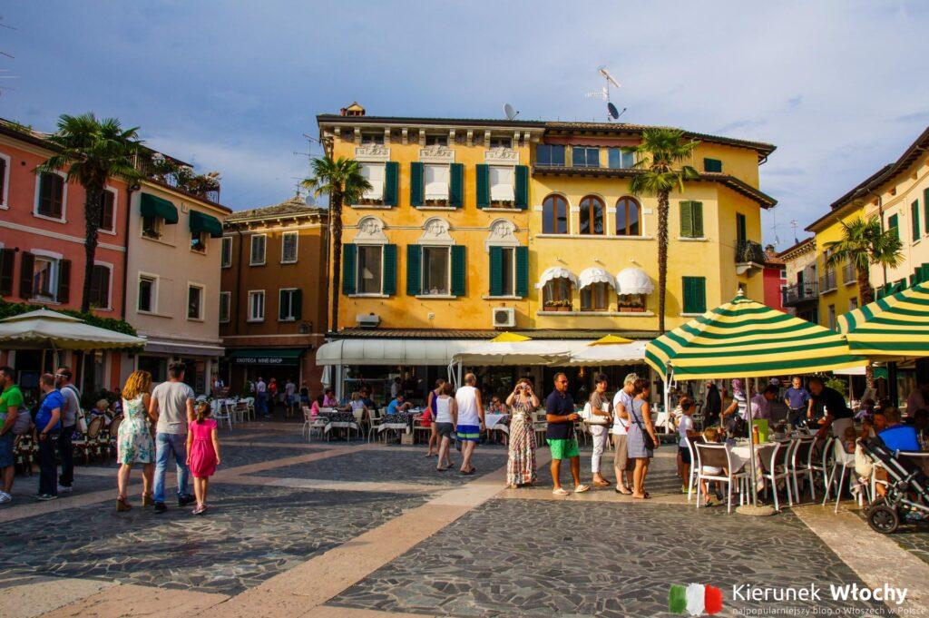 historyczne centrum Sirmione, jezioro Garda, Włochy (fot. Łukasz Ropczyński, kierunekwlochy.pl)