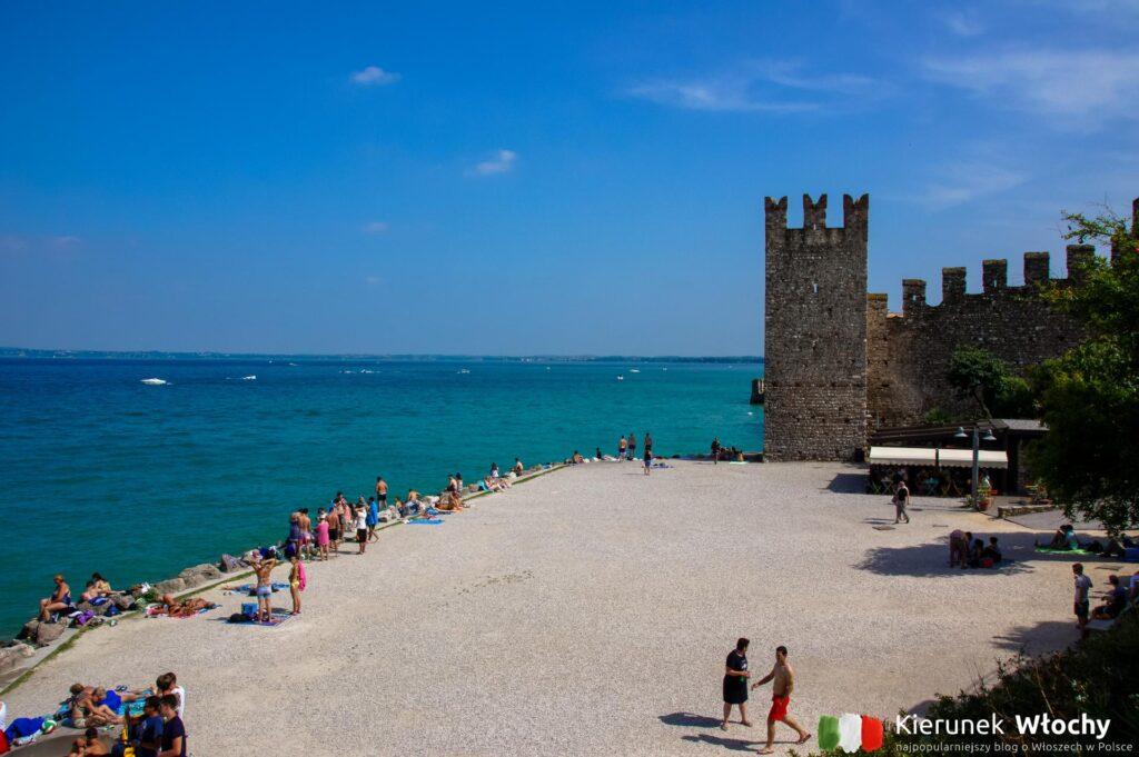 miejska plaża - spiaggia del Prete w Sirmione, jezioro Garda, Włochy (fot. Łukasz Ropczyński, kierunekwlochy.pl)