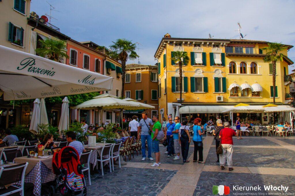 Piazza Giosuè Carducci w Sirmione, jezioro Garda, Włochy (fot. Łukasz Ropczyński, kierunekwlochy.pl)