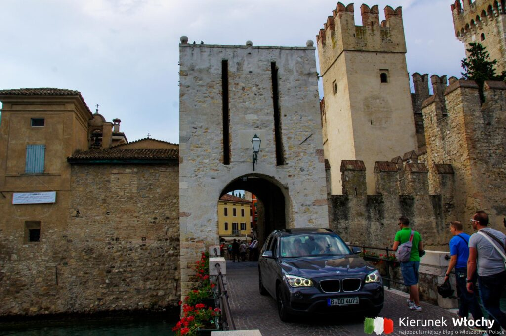 brama prowadząca do historycznego centrum Sirmione (fot. Łukasz Ropczyński, kierunekwlochy.pl)