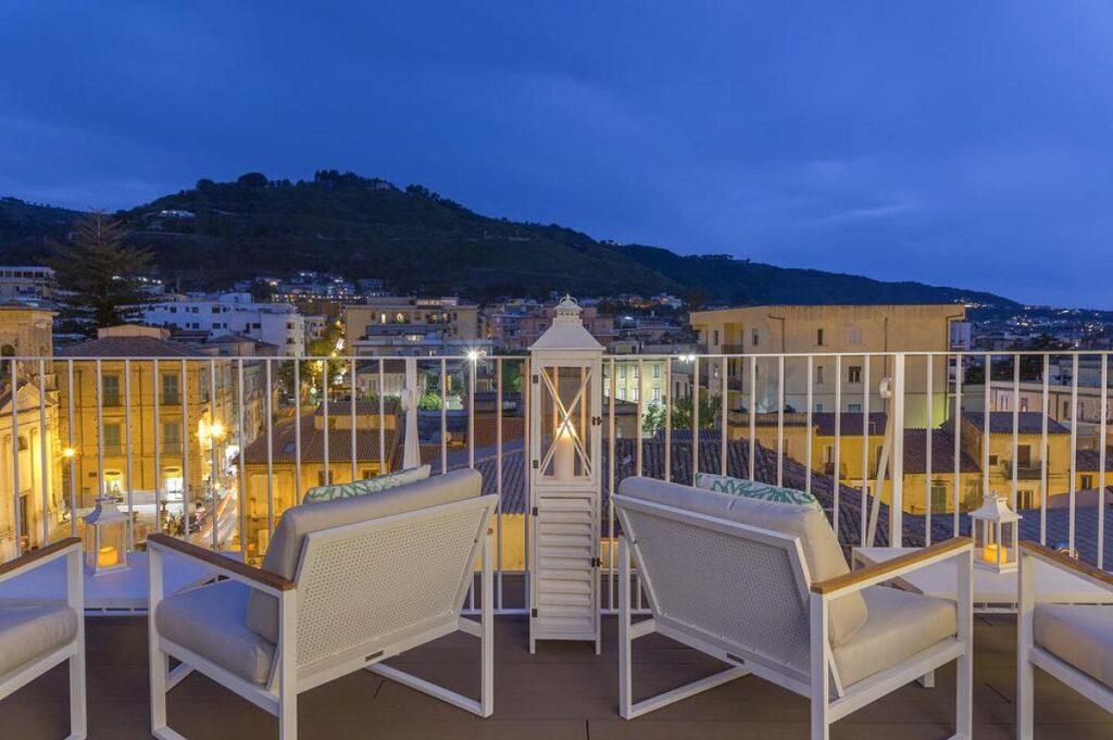 taras na dachu w nowo otwartym hotelu Townhouse Tropea****