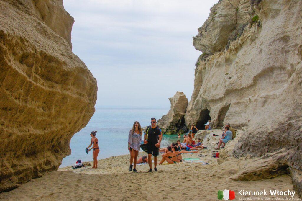 malutka plaża przy skale, na której leży Sanktuarium Santa Maria dell'Isola (fot. Łukasz Ropczyński, kierunekwlochy.pl)