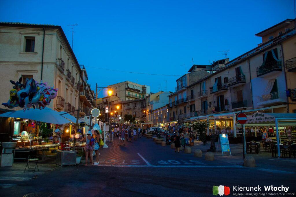 Via Umberto wieczorem, Tropea, Kalabria, Włochy (fot. Łukasz Ropczyński, kierunekwlochy.pl)