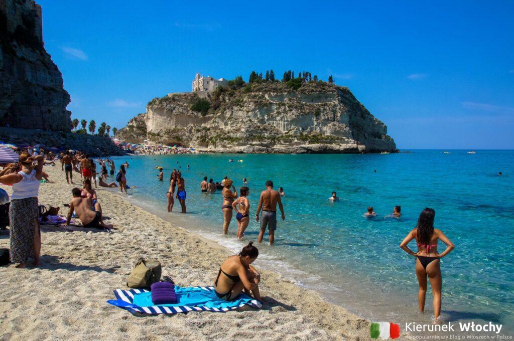 główna miejska plaża - Spiaggia della Rotonda, Tropea, Kalabria, Włochy (fot. Łukasz Ropczyński, kierunekwlochy.pl)