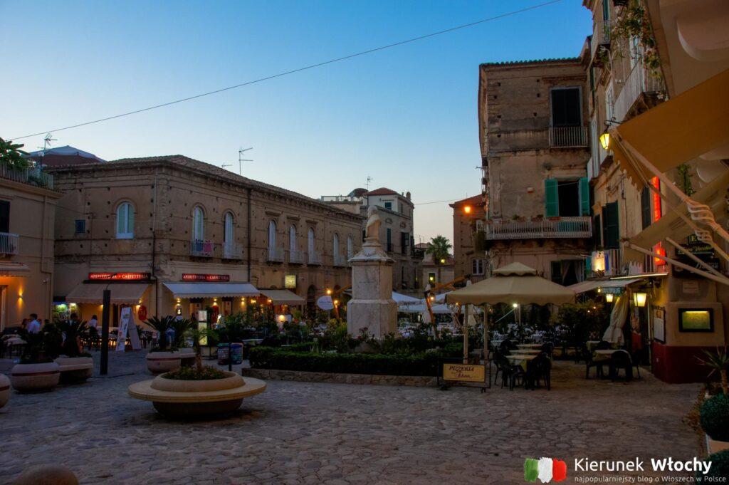Piazza Ercole w Tropei, Kalabria, Włochy (fot. Łukasz Ropczyński, kierunekwlochy.pl)
